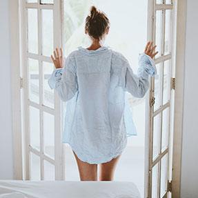 Femme légèrement vêtue vue de dos