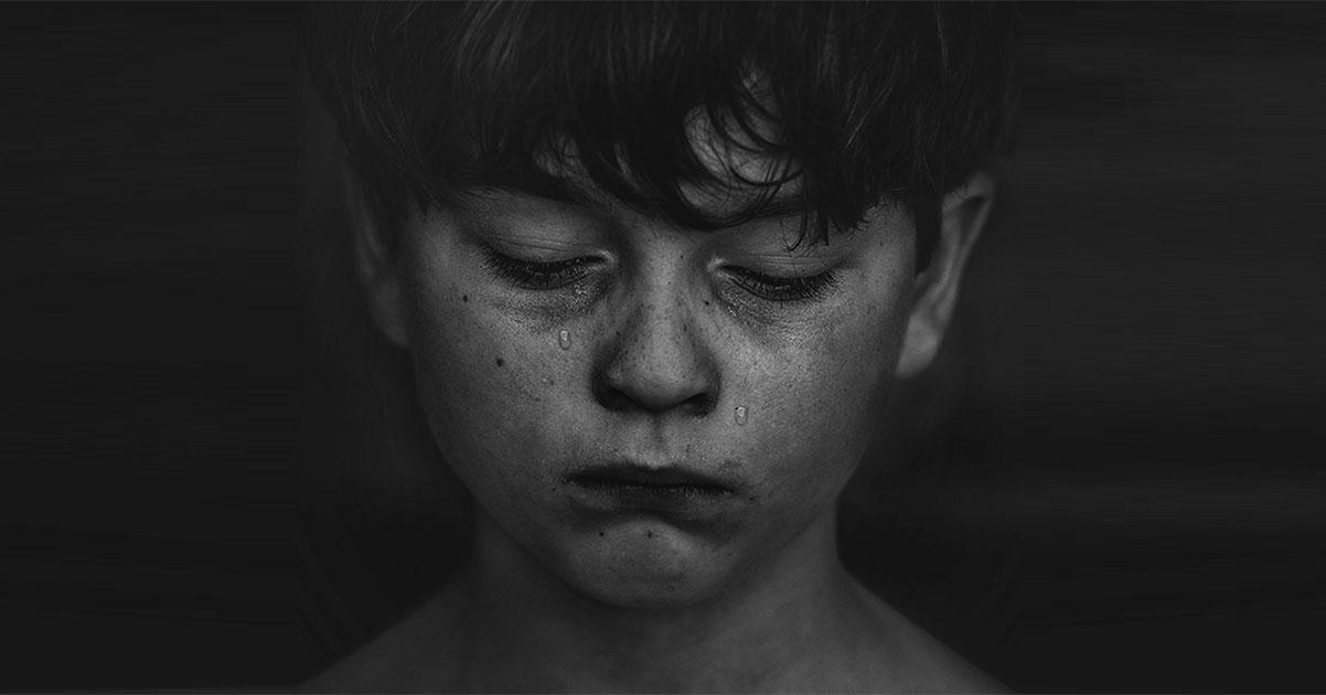 gros plan sur le visage d'un garçon qui pleure