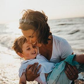 Mère et son fils heureux à la plage